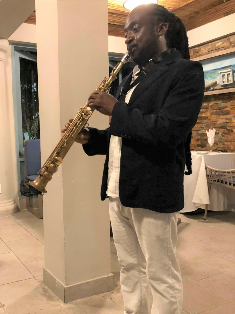 photo-jamaique-zoetry-montego-bay-vacances-saxophoniste-restaurant